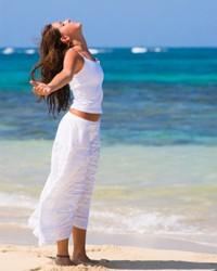 Donna respirare in riva al mare