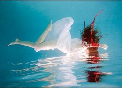 Donna che vola si specchia nell'acqua