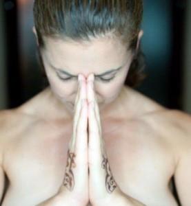 donna-in-preghiera-come-una-dea