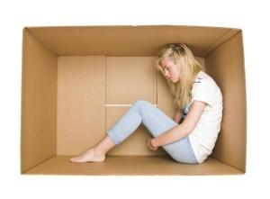 ragazza-dentro-scatola-fobia-sociale